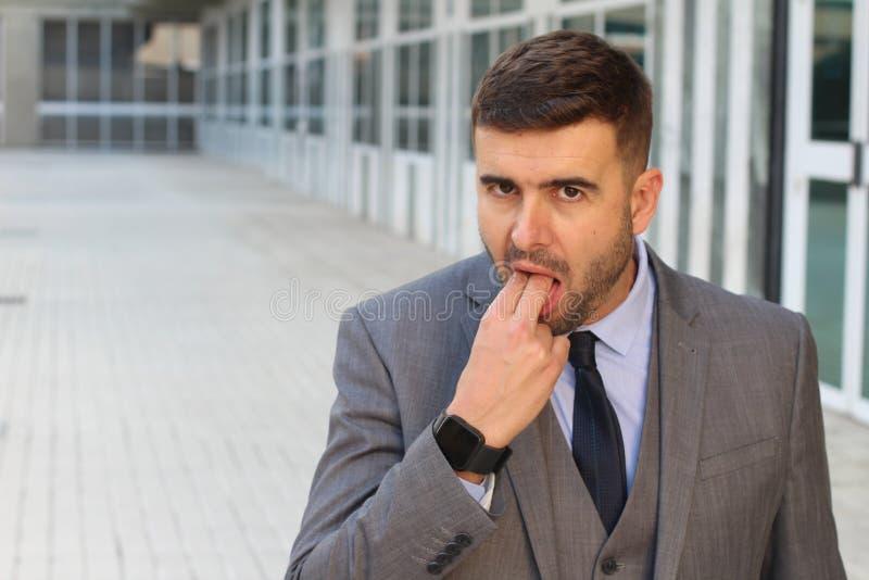 Affärsman som låtsar för att kräkas i regeringsställning utrymme royaltyfri foto