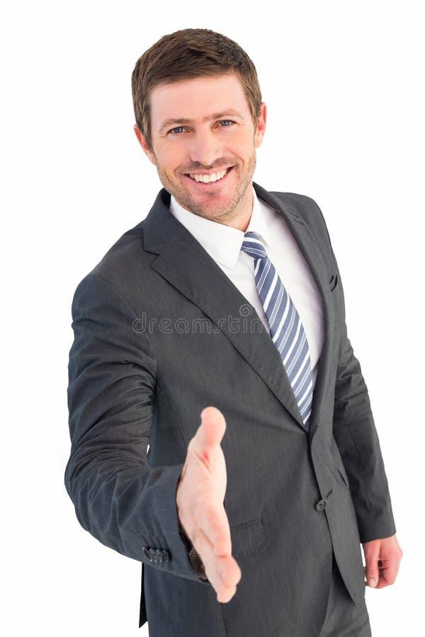 Affärsman som ler och erbjuder hans hand arkivbilder