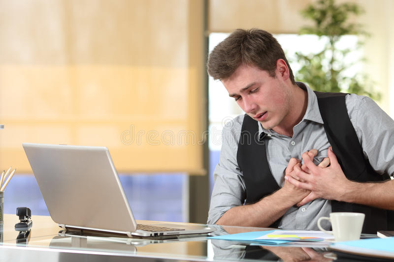 Affärsman som lider en hjärtinfarkt royaltyfria foton