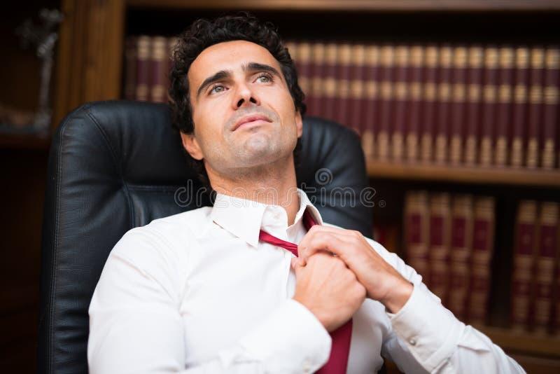 Affärsman som lossar hans slips royaltyfri foto