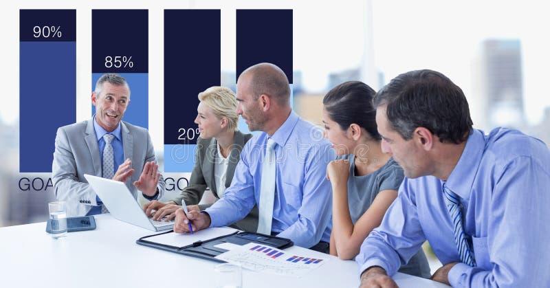 Affärsman som meddelar med kollegor med grafen i bakgrund arkivbilder