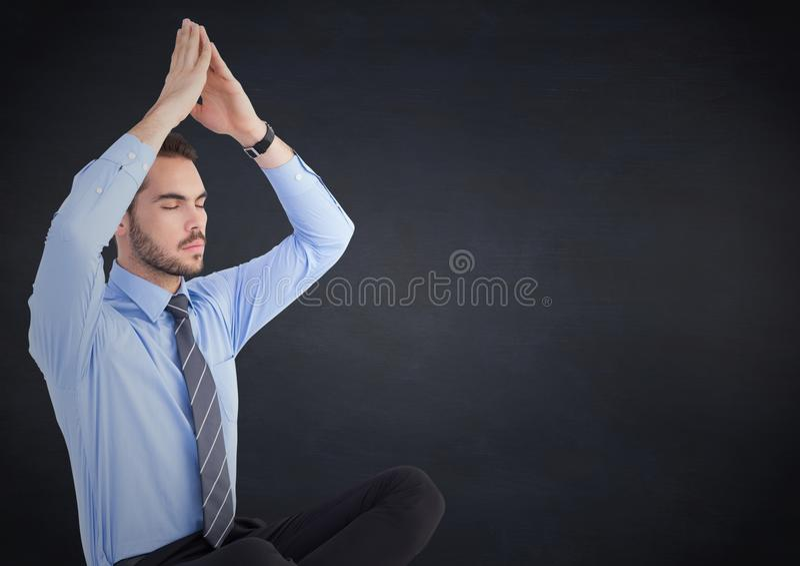 Affärsman som mediterar mot den svart tavlan för marin royaltyfria foton