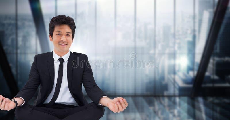 Affärsman som mediterar mot mörker - blått oskarpt fönster arkivfoton