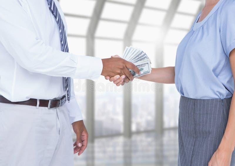 Affärsman som muter partnern, medan skaka händer royaltyfri fotografi