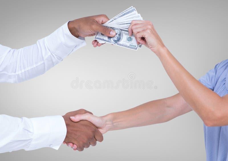 Affärsman som muter partnern, medan skaka handsmot grå bakgrund royaltyfri fotografi