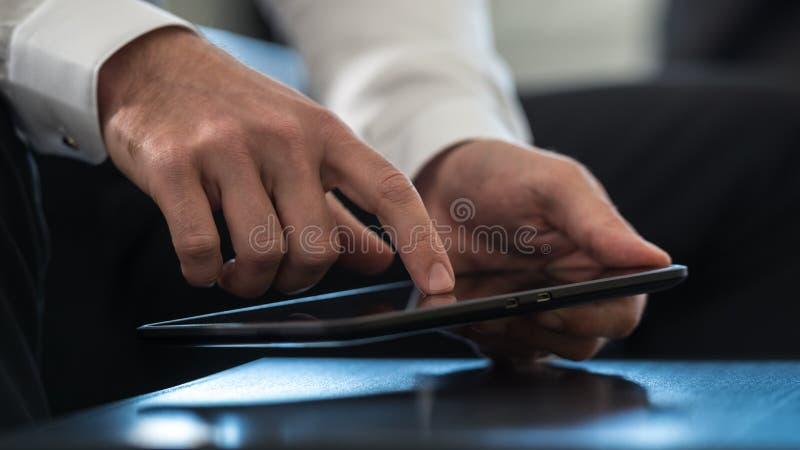 Affärsman som navigerar en minnestavladator som aktiverar touchscren arkivfoton