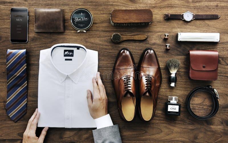 Affärsman som ordnar hans vita skjorta arkivfoton