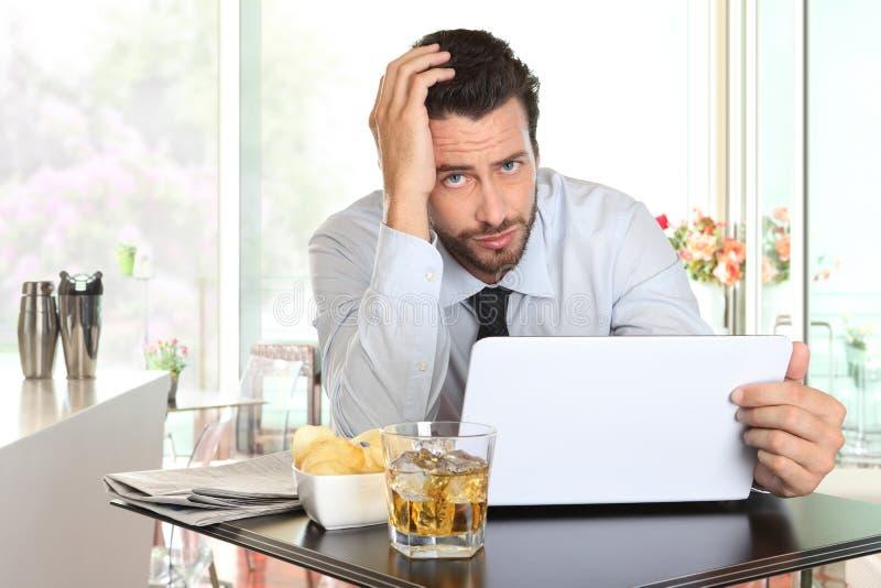 Affärsman som oroas av den dåliga finansiella nyheterna royaltyfria bilder