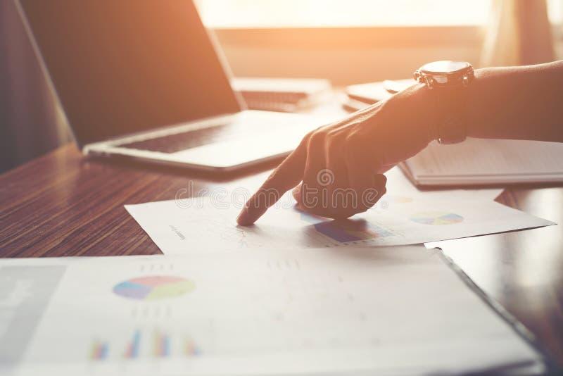Affärsman som pekar fingret som analyserar den finansiella grafen för statistik royaltyfri bild