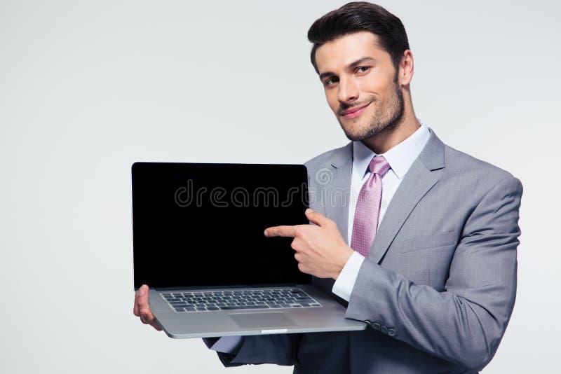 Affärsman som pekar fingret på bärbar datorskärmen arkivbild