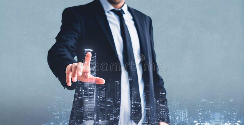 Affärsman som pekar fingret som trycker på dubbel exponering för faktisk skärm med stadshorisont, affärsidé arkivbilder