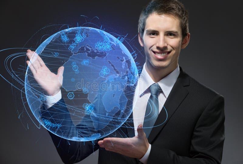 Affärsman som pekar på den blåa sfären royaltyfri fotografi