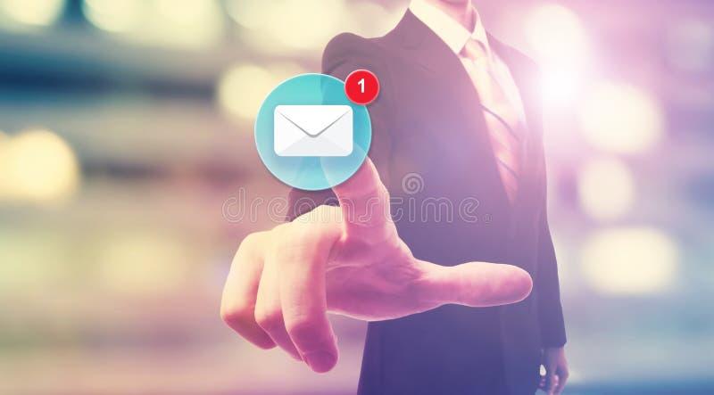 Affärsman som pekar på emailsymbolen royaltyfri fotografi