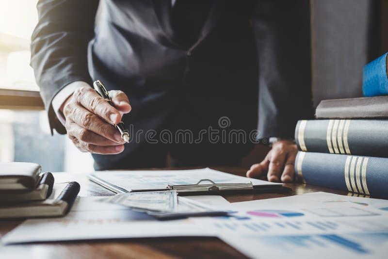 Affärsman som pekar på grafen och diagrammet till analysbruk för att plan ska förbättra kvalitet, affärsfinanser och redovisnings royaltyfria bilder
