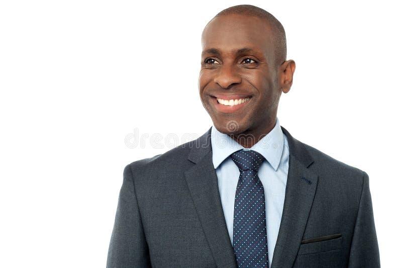 Affärsman som poserar över vit royaltyfri fotografi