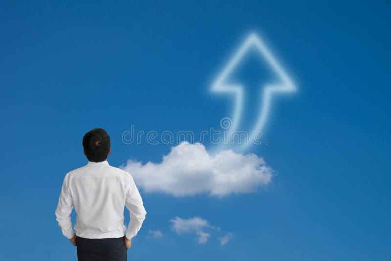 Affärsman som purposefully bort ser med pilmolnet och blått arkivfoton