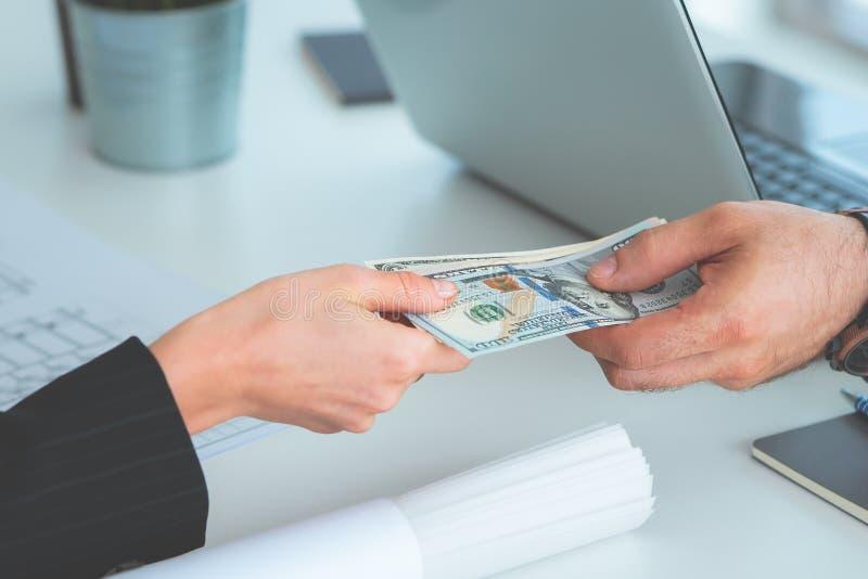 Affärsman som räcker pengar över handla för affär royaltyfria foton