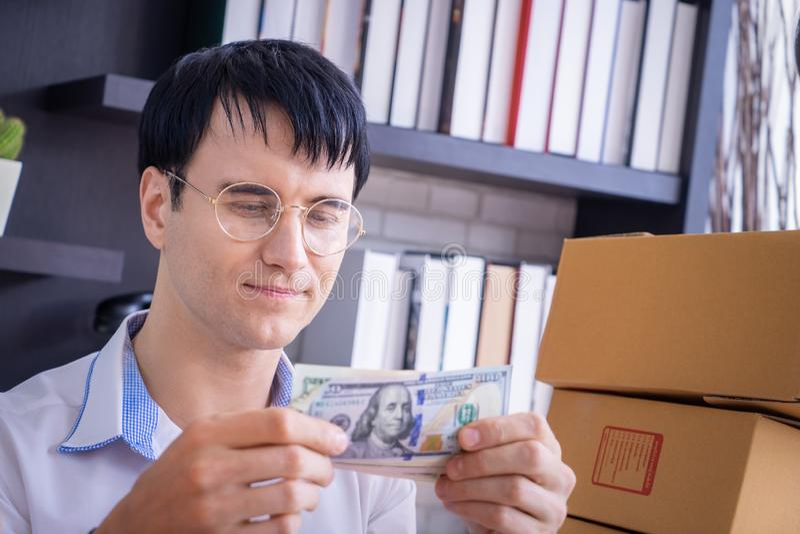 Affärsman som räknar pengar för dollarräkning royaltyfri bild