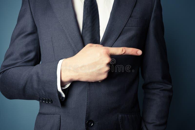Affärsman som rätt pekar arkivbilder