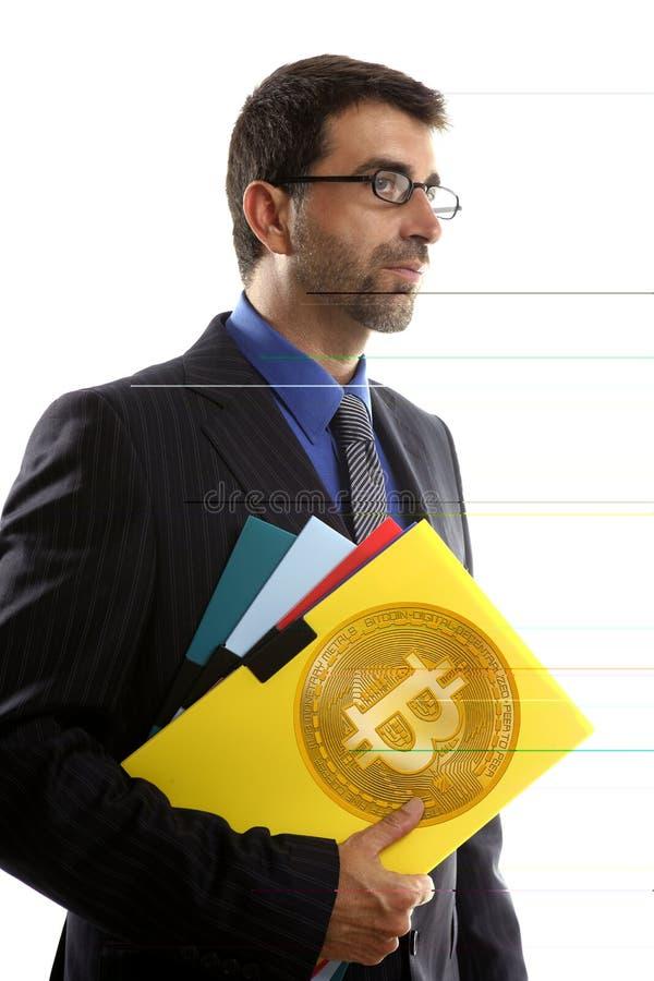 Affärsman som rymmer Bitcoin valuta i händer royaltyfri bild