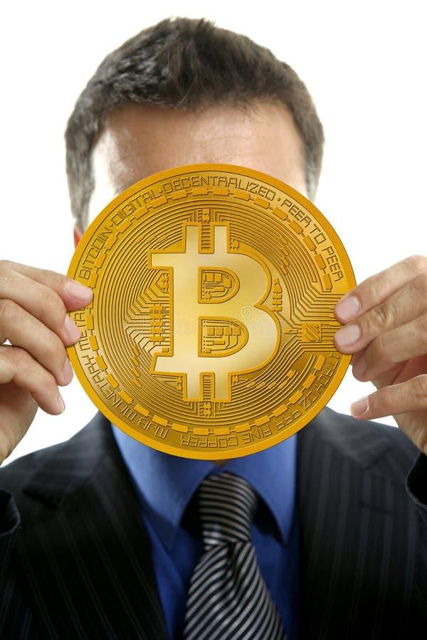 Affärsman som rymmer Bitcoin valuta i händer royaltyfria bilder