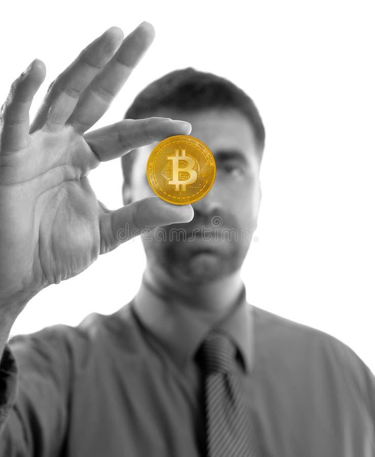 Affärsman som rymmer Bitcoin valuta i händer royaltyfri foto