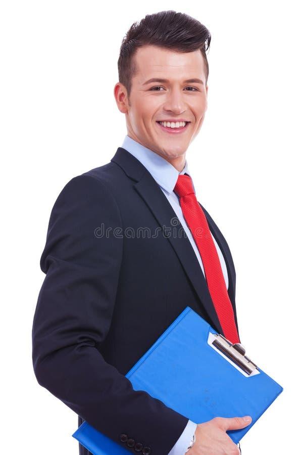Affärsman som rymmer den blanka clipboarden royaltyfri bild