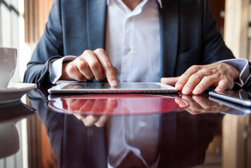 Affärsman som rymmer den digitala minnestavlan, handmultitaskingman som använder minnestavlan arkivfoton