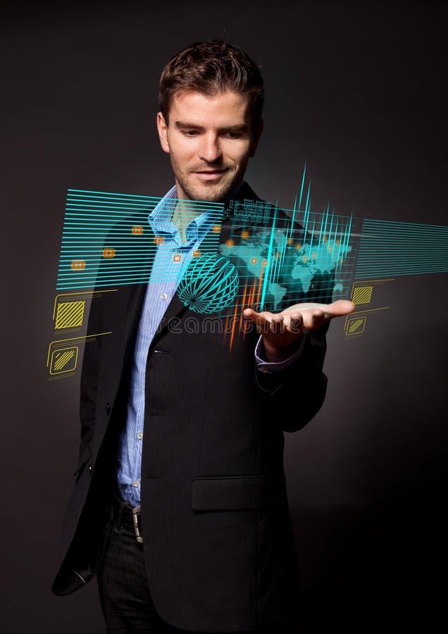 Affärsman som rymmer den faktiska digitala skärmen royaltyfri fotografi