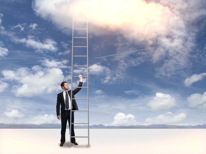 Affärsman som rymmer den högväxta stegen arkivfoto