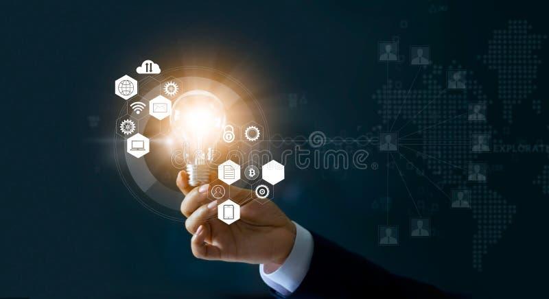 Affärsman som rymmer den ljusa kulan och nya idéer av affären med innovativ teknologinätverksanslutning Affärsinnovationconcep royaltyfri bild