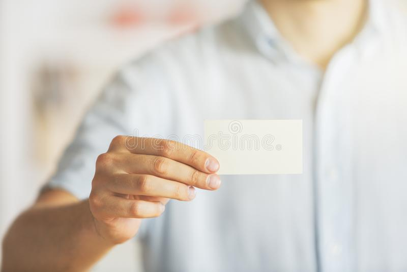 Affärsman som rymmer den tomma visitkorten royaltyfri bild