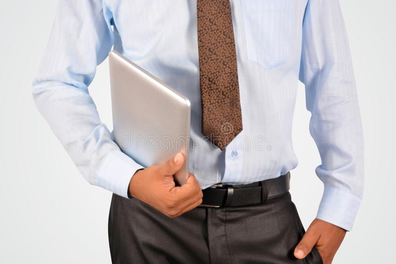 Affärsman som rymmer digital minnestavlaPC royaltyfri bild