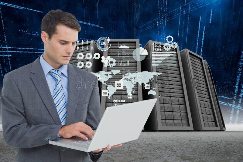 Affärsman som rymmer en bärbar dator i en datorhall arkivfoto