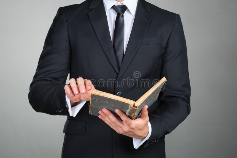 Affärsman som rymmer en bokcloseup arkivbilder