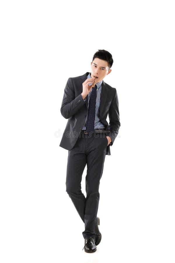 Affärsman som rymmer en cigarr royaltyfria bilder