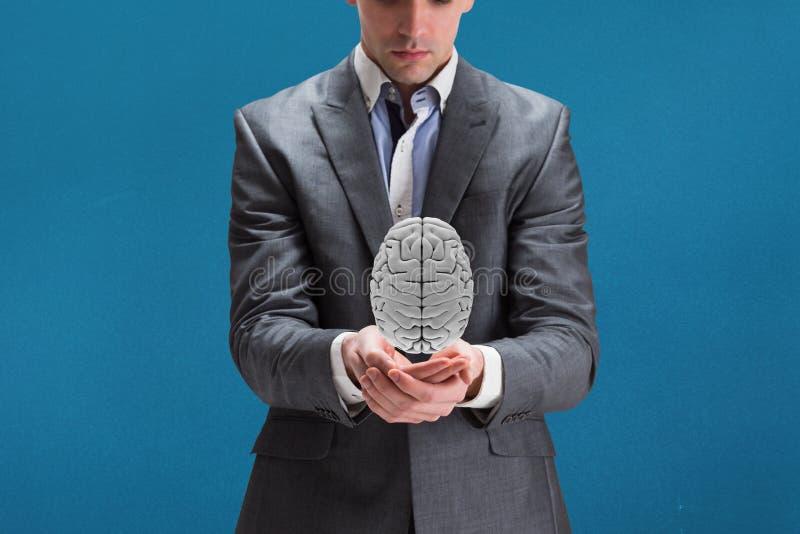 Affärsman som rymmer en digital hjärna i hans händer med blå bakgrund arkivbilder