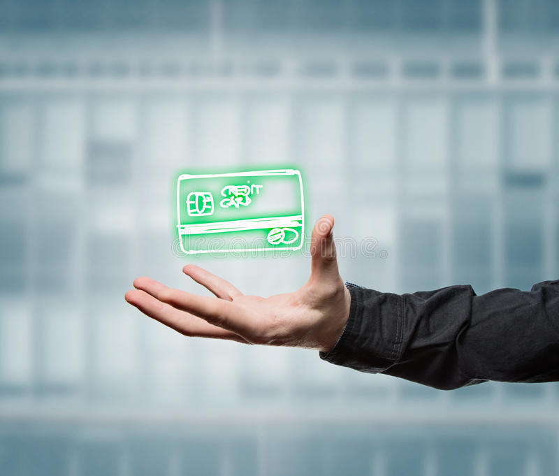Affärsman som rymmer en faktisk kreditkort royaltyfria bilder