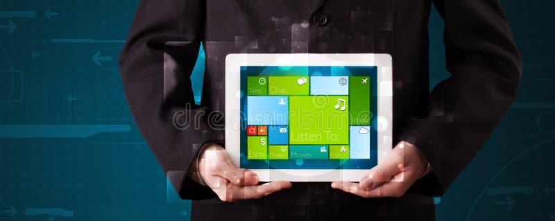 Affärsman som rymmer en minnestavla med det fungerande systemet för modern programvara royaltyfri fotografi