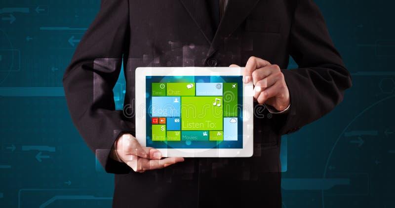 Affärsman som rymmer en minnestavla med det fungerande systemet för modern programvara fotografering för bildbyråer