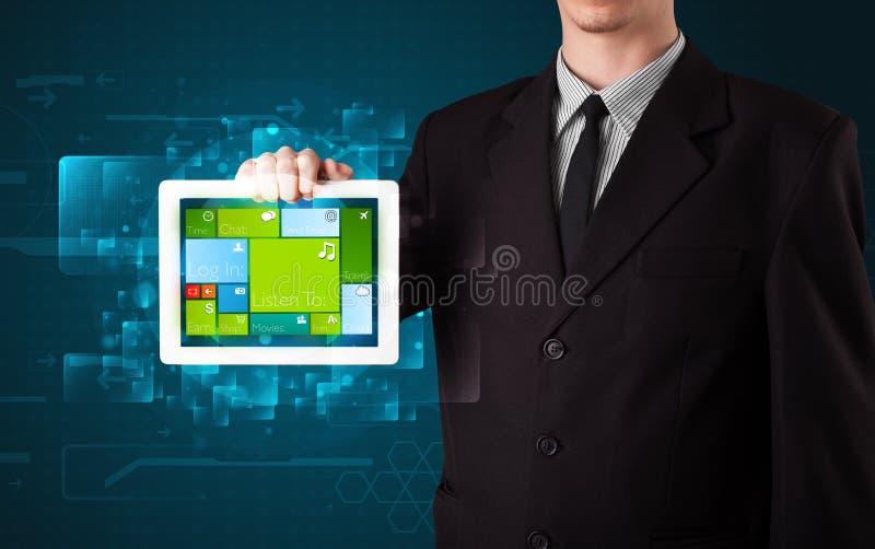 Affärsman som rymmer en minnestavla med fungerande sy för modern programvara royaltyfria foton