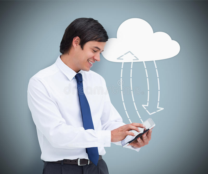 Affärsman som rymmer en minnestavlaPC som förbinder med molnberäkning royaltyfria bilder