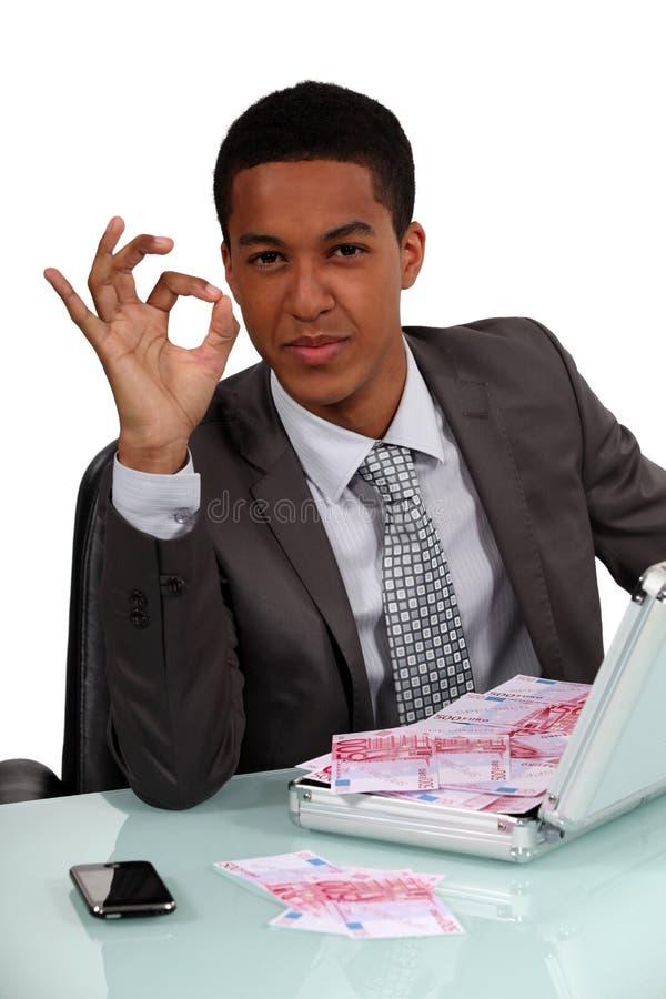 Affärsman som rymmer en portfölj arkivbild