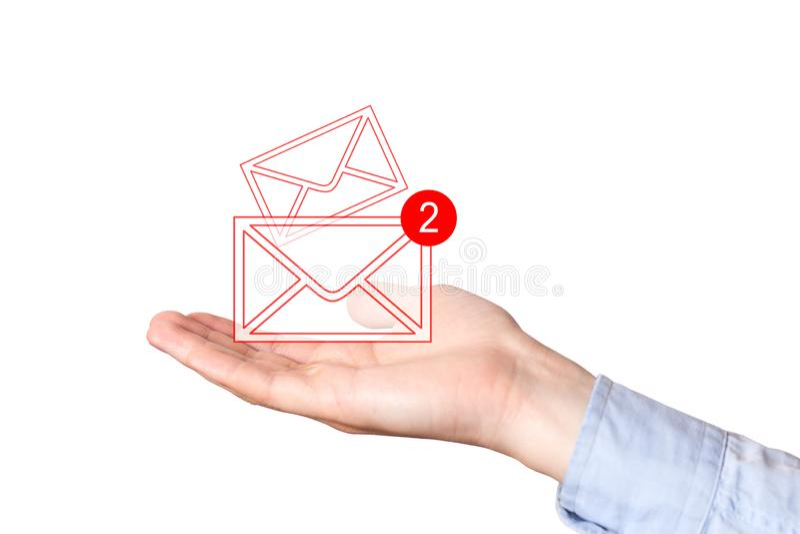 Aff?rsman som rymmer ett faktiskt kuvertbegrepp f?r mejl, globala kommunikationer Postbokstavssymboler f arkivbild