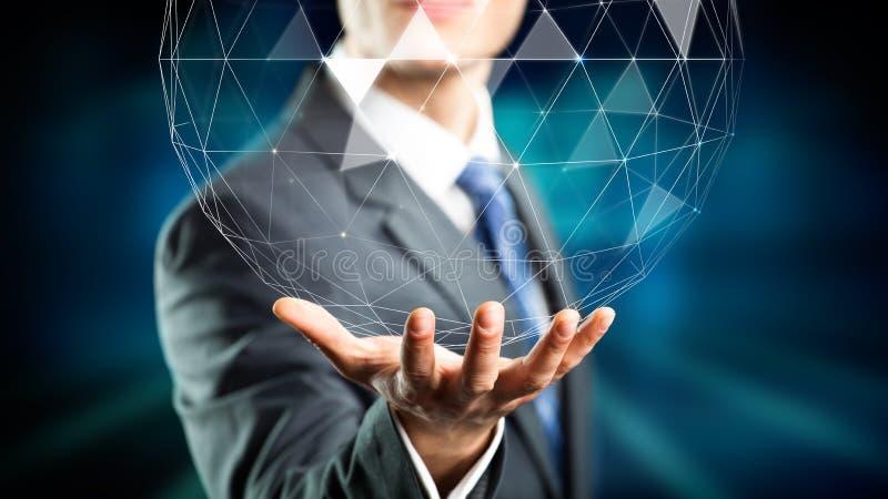 Affärsman som rymmer ett holographic jordklot över hans hand arkivbild