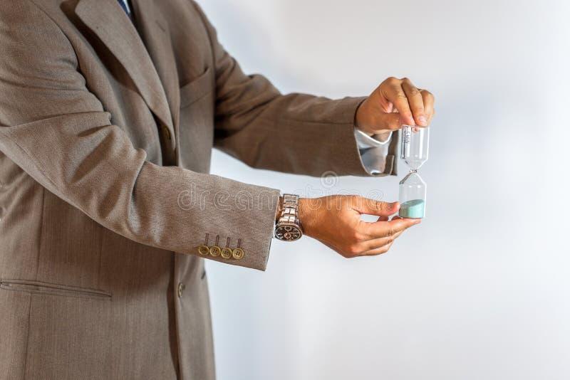 Affärsman som rymmer ett timglas arkivbilder