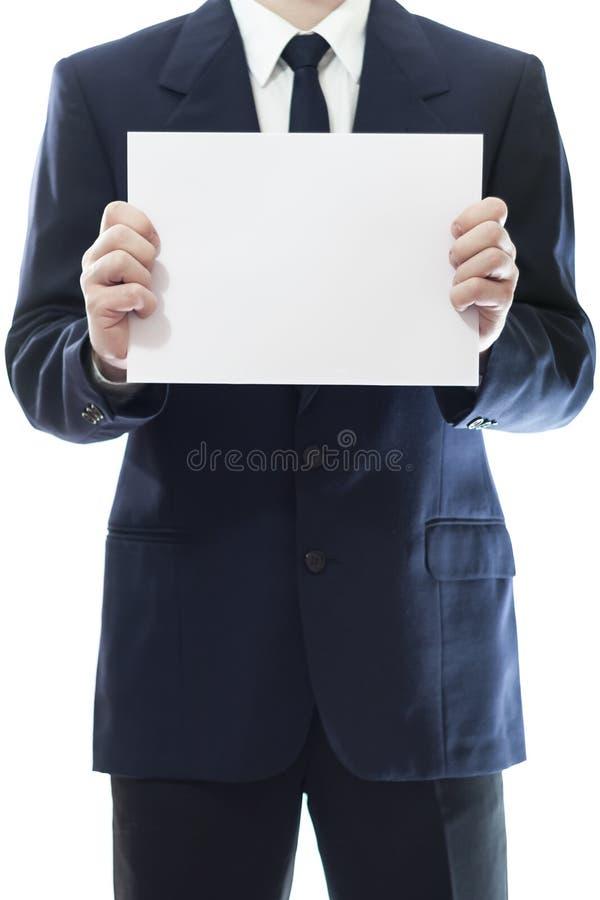 Affärsman som rymmer ett vitt stycke av papper royaltyfri foto
