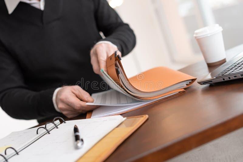 Affärsman som söker efter dokumentet i mapp royaltyfria bilder