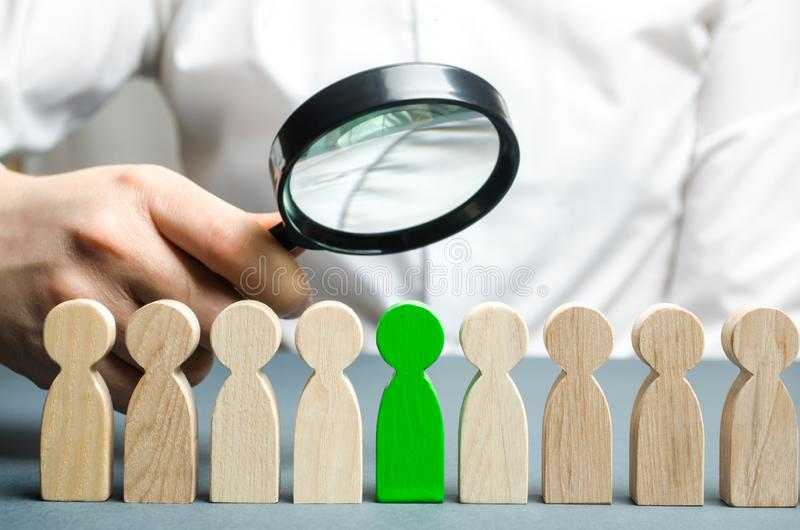 Affärsman som söker för nya anställda Personalrekrytering Välj en person i laget Finna begåvad anställd tilldra royaltyfri bild