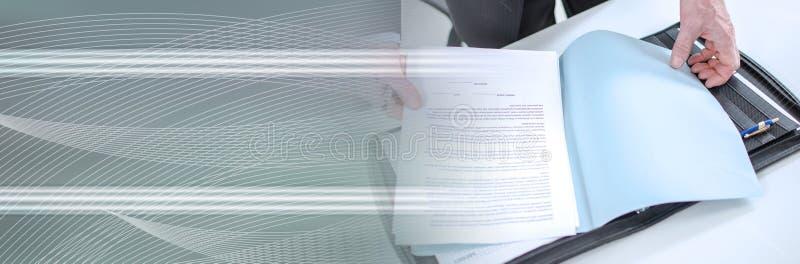 Affärsman som ser ett dokument; panorama- baner royaltyfri fotografi